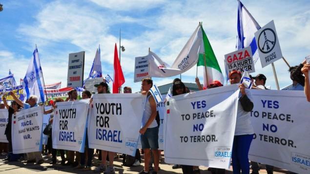 داعمون لإسرائيل يتظاهرون امام مبنى الأمم المتحدة في جنيف خلال لقاء مجلس حقوق الانسان، 29 يونيو 2015 (World Jewish Congress)