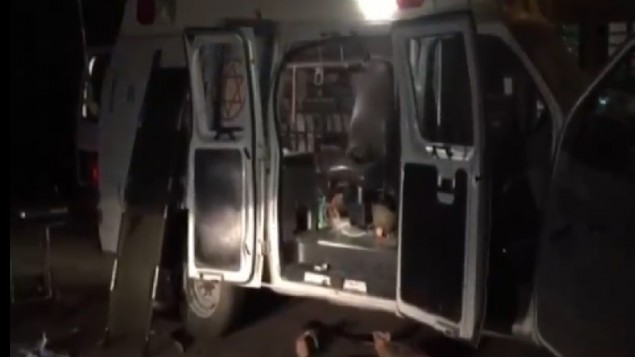 آثار هجوم قرويين دروز على سيارة إسعاف كانت تنقل مصابين اثنين سوريين  في هضبة الجولان، 22 يونيو، 2015. (لقطة شاشة: القناة 2)