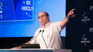 وزير الدفاع موشيه يعالون خلال مؤتمر هرتسليا، 9 يونيو 2015 (Erez Harodi/ Osim Tsilum/ Courtesy)