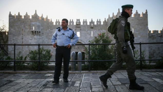شرطي حدود امام باب العامود في البلدة القديمة في القدس، 19 نوفمبر 2014 (Hadas Parush/Flash 90)