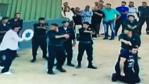 """الممثل السوري باسم ياخور على الارض مع مسدس موجه لمؤخرة رأسه، يعتقد انه سيتم اعدامه من قبل """"اسرائيليين"""" ببرنامج كاميرا خفية مصري (Channel 2 screenshot)"""