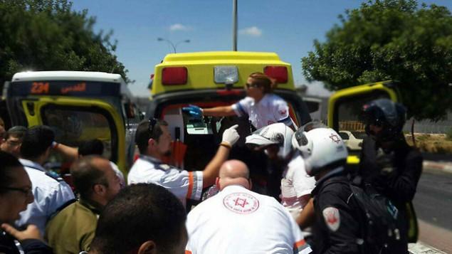 المسعفون في موقع هجوم الطعن في القدس في 29 يونيو، 2015. (نجمة داود الحمراء) .
