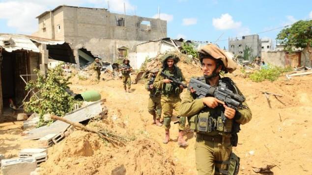 """جنود مشاة إسرائيليون يعملون في الميدان خلال عملية """"الجرف الصامد""""، 20 يوليو، 2014، ( IDF Spokesperson's Unit/Flickr)"""