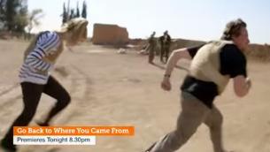 """صورة شاشة من الدعاية لبرنامج تلفزيون الواقع الاسترالي """"عودوا من حيث اتيتم"""" في جبهة القتال في سوريا (screen capture: YouTube)"""
