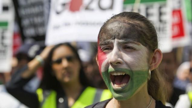 صورة توضيحية لمسيرة تضامن مع الشعب الفلسطيني في 26 يوليو، 2014. (Justin Tallis/AFP)