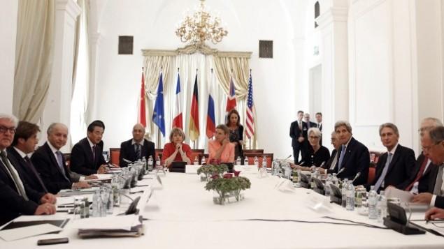 وزراء خارجية الدول الكبرى يجلسون حول طاولة المفاوضات النووية في فيينا، 6 يوليو 2015 (AFP/POOL/CARLOS BARRIA)