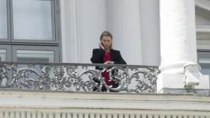الممثلة العليا للأمن والسياسة الخارجية في الاتحاد الأوروبي فيديريكا موغيريني تتحدث عبر الهاتف من شرفة فندق قصر كوبروغ حيث تُجرى المحادثات النووية الإيرانية في فيينا، النمسا في 10 يوليو، 2015. (Joe Klamar/AFP)