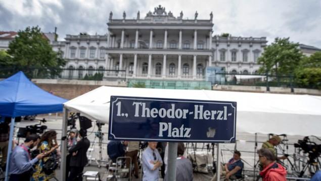 الصحافيون وطواقم التلفزيون ينتظرون خارج فندق قصر كوبورغ الذي يقع في ميدان ثيودور هرتسل حيث يتم إجراء المحادثات النووية في فيينا، النمسا في 13 يوليو، 2015. (Joe Klamar/AFP)