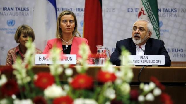 وزير الخارجية الإيراني محمد جواد ظريف ووزيرة خارجية الاتحاد الاوروبي فيديريكا موغيريني خلال جلسة الأمم المتحدة في فيينا، 14 يوليو 2015 (Carlos Barria/AFP)