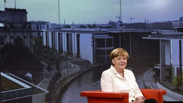 المستشارة الالمانية انغيلا ميركل قبل المقابلة مع قناة اي ار دي، 19 يوليو 2015 (AFP / TOBIAS SCHWARZ)