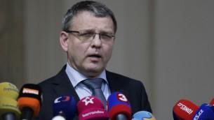 وزير الخارجية التشيكي يجيب اسئلة حول مصير خمسة التشيكيين المخطوفين في براغ، 21 يوليو 2015 (MICHAL CIZEK / AFP)