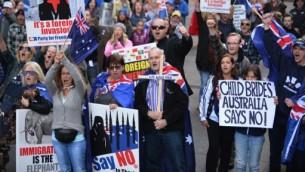 """تظاهر حوالى مئة متظاهر من منظمة """"استعادة استراليا"""" (ريكليم استراليا) في ساحة مارتن في وسط سيدني ضد الاسلام، 19 يوليو 2015 (PETER PARKS / AFP)"""