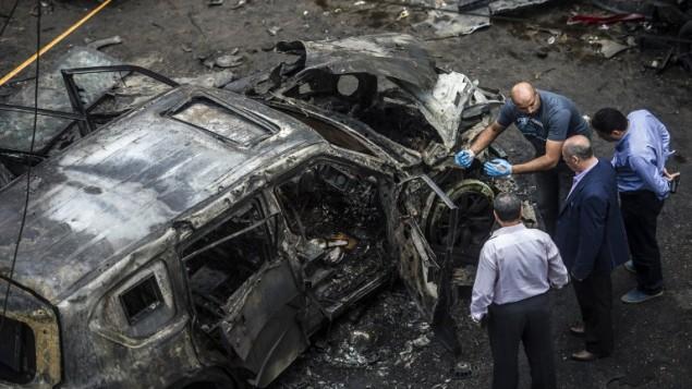 صورة توضيحية - عناصر فرقة التحقيقات الجنائية في موقع انفجار قنبلة استهدفت موكب النائب العام المصري هشام بركان في القاهرة 29 يونيو 2015 بعد حملة جهادية اعلنت اتقاما على التصدي للاخوان المسلمين AFP PHOTO / KHALED DESOUKI