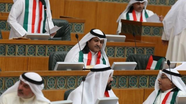اعضاء مجلس الأمة الكويتي يرتدون علمهم الوطني تضامنا مع ضحايا الهجوم على مسجد الامام الصادق في مدينة الكويت، 30 يونيو 2014 (YASSER AL-ZAYYAT / AFP)
