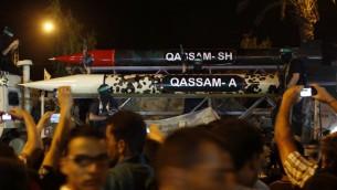 عرض صاروخين من قبل كتائب القسام خلال عرض عسكري في غزة، 8 يوليو 2015 (MOHAMMED ABED / AFP)