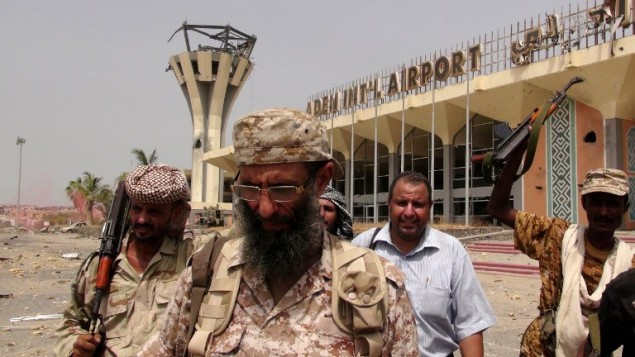 القوات الموالية لحكومة الرئيس اليمني المعترف به دوليا عبدربه منصور هادي عند مدخل مطار عدن الدولي، 14 يوليو 2015 (SALEH AL-OBEIDI / AFP)