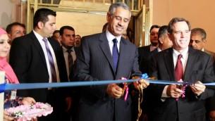 السفير الأمريكي للعراق ستيوارت جونز ووزير السياحة والآثار العراقية عادل فهد الشرشاب يفتتحون احتفال اقيم في المتحف الوطني في بغداد، 15 يوليو 2015 (SABAH ARAR / AFP)