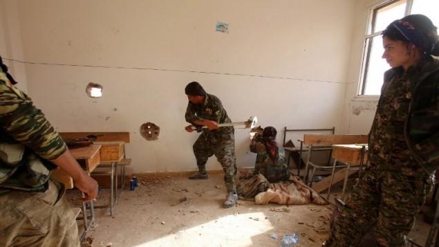 وحدات حماية الشعب الكردية داخل غرفة في مدرسة في الحسكة، 16 يوليو 2015 (YOUSSEF KARWASHAN / AFP)