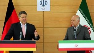 نائب المستشارة الالمانية ووزير الاقتصاد سيغمار غابريال بمؤتمر صحفي مشترك مع وزير النفط الايراني بيجان نمدار زنقانة في طهران، 20 يوليو 2015 (ATTA KENARE / AFP)