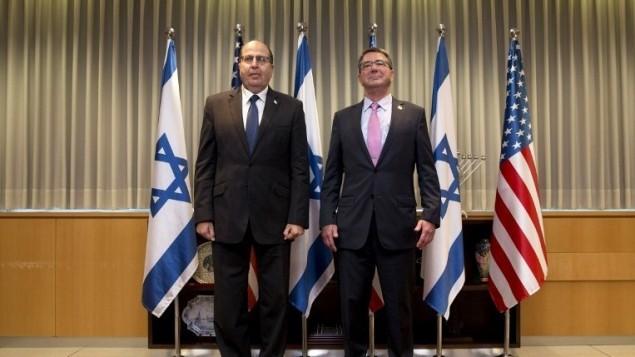 وزير الدفاع الإسرائيلي موشيه يعالون ونظيره الأمريكي اشتون كارتر قبل لقائهما في تل ابيب، 20 يوليو 2015 (CAROLYN KASTER / POOL / AFP)
