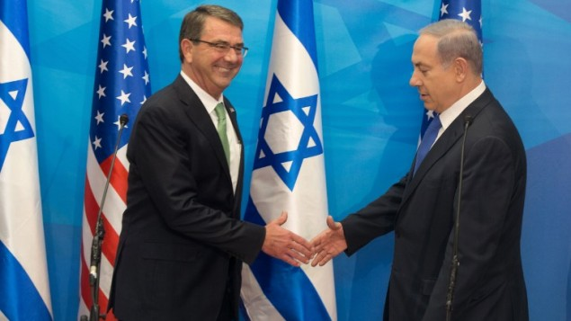 وزير الدفاع الاميركي اشتون كارتر ورئيس الوزراء الاسرائيلي بنيامين نتانياهو قبل لقائهما في القدس، 21 يوليو 2015 (MENAHEM KAHANA / POOL / AFP)