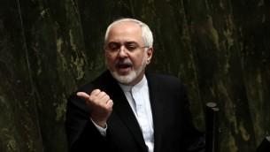 وزير الخارجية الإيراني محمد جواد ظريف يدافع عن الاتفاق النووي في مجلس الشورى الإيراني في طهران، 21 يوليو 2015 (BEHROUZ MEHRI / AFP)
