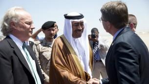 وزير الدفاع الاميركي اشتون كارتر عند وصوله الى جدة واستقباله من قبل نائب وزير الدفاع السعودي محمد العايش، 22 يوليو 2015 (CAROLYN KASTER / POOL / AFP)