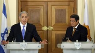 رئيس الوزراء الإسرائيلي بنيامين نتنياهو مع الرئيس القبرصي نيكوس اناستاسياديس خلال مؤتمر صحفي مشترك في نيقوسيا، 28 يوليو 2015 (PETROS KARADJIAS / POOL / AFP)