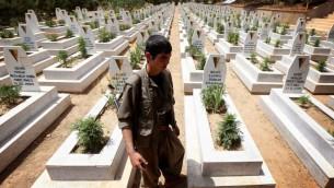 احد اعضاء حزب العمال الكردستاني في مقبرة في مقر الحزب بشمال العراق، 29 يوليو 2015 (SAFIN HAMED / AFP)