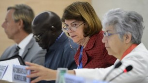 رئيسة لجنة تقصي الحقائق في صراع غزة 2014 ماري مكغوان ديفيس (الثانية من اليمين) تجلس بين عضو اللجنة دودو ديين (الثاني من اليسار) ونائبة المفوض السامي لحقوق الإنسان فلافيا بانسيري (من اليمين) قبل تقديم تقريرها لمندوبي مجلس حقوق الإنسان في 29 يونيو، 2015 في مكتب الأمم المتحدة في جنيف. (Fabrice Coffrini/AFP)