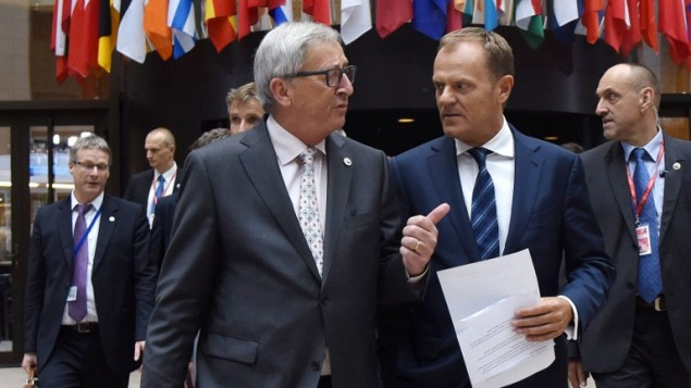 رئيس مجلس اوروبا دونالد توسك ورئيس المفوضية الأوروبية جان كلود يونكر قبل مؤتمر صحفي في بروكسل، 13 يوليو 2015 (THIERRY CHARLIER / AFP)