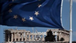 علم الاتحاد الأوروبي امام معبد اثري في اثينا، 7 يوليو 2015 (ARIS MESSINIS / AFP)