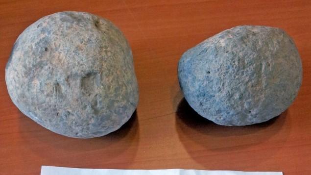 حجرا المنجنيق الرومانيان من جمالا اللذان أُعيدا من قبل لص مجهول (دكتور داليا مانور، متحف الثقافات الإسلامية وشعوب الشرق الأدني في بئر السبع).