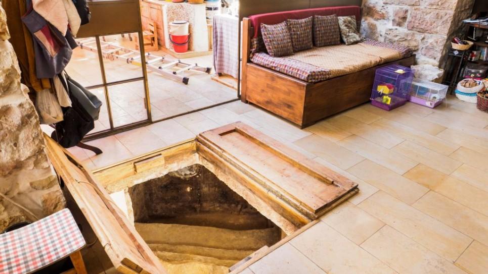 باب مسحور في عرفة المعيشة الخاصة بعائلة شيمشوني يؤدي إلى حماس طقوسي قديم. (Assaf Peretz/courtesy Israel Antiquities Authority)
