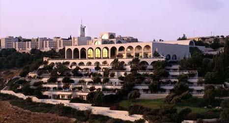 غروب الشمس قبالة الجامعة العبرية، الحرم الجامعي في جبل المشارف (Leeor Bronis/Times of Israel)