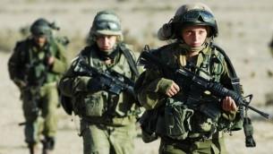 """نساء ورجال من وحدة """"كركل""""، نوفمبر 2007 (Yoni Markovitzki/IDF Spokesperson/Flash90)"""