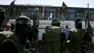 أعضاء من حماس خلال وصول حافلة تحمل أسرى فلسطينيين تصل إلى معبر رفح مع مصر جنوب قطاع غزة في 18 أكتوبر، 2011، في أعقاب صفقة شاليط. (Abed Rahim Khatib / Flash 90)