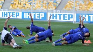 المنتخب الإسرائيلي خلال تدريبات قبل المبارة الودية مع المنتخب الأوكراني في كييف، أوكرانيا، في 13 أغسطس، 2013. (Israel Football Association Website/Flash90)