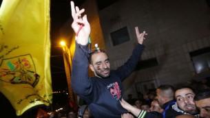 الأسير الفلسطيني سامر العيساوي، الذي اضرب عن الطعام لعدة اشهر، يحتفل باطلاق سراحه من السجن الإسرائيلي في حي العيساوية في القدس، 23 ديسمبر 2013 (Sliman Khader/Flash90)