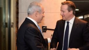 رئيس الوزراء بينيامين نتنياهو (من اليسار) يلتقي بنظيره البريطاني ديفيد كاميرون (من اليمين) في القدس، 12 مارس، 2014. (Kobi Gideon/GPO/Flash90)