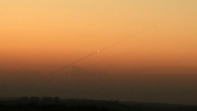 صورة توضيحية: خط دخان بعد اطلاق صاروخ من غزة نحو عسقلان، 24 اغسطس 2014 (Edi Israel/Flash90)