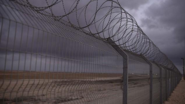صورة للسياج في شلوميـت، بالقرب من الحدود الإسرائيلية مع غزة، 10 أغسطس، 2014. (Tomer Neuberg/Flash90)