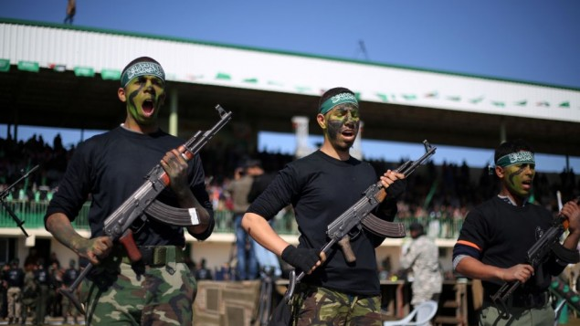شبان فلسطينيون يشاركون في حفل تخرج بعد تلقيهم تدريبات في مخيمات 'رواد التحرير' التي تديرها حركة حماس في خان يونس جنوب قطاع غزة، 29 يونيو، 2015 (Abed Rahim Khatib/Flash90)