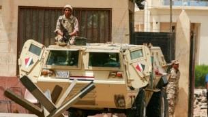 جنود مصريون على الجانب المصري من معبر رفح الحدودي بين مصر وجنوب قطاع غزة، 26 مايو، 2015. (Abed Rahim Khatib /Flash 90)
