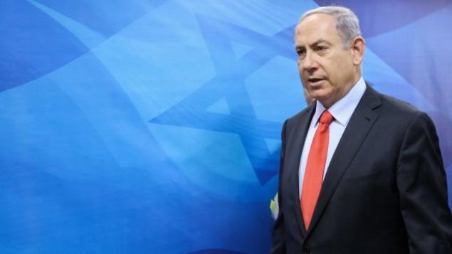 رئيس الوزراء بنيامين نتنياهو قبل جلسة الحكومة الأسبوعية في مكتب رئيس الوزراء في القدس، 28 يونيو 2015 (Alex Kolomoisky, Pool)