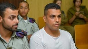القائد السابق لكتيبة تسابار التابعة للواء غيفعاتي في الجيش الإسرائيلي (من اليسار) خلال حضوره لجلسة المحكمة في تل أبيب، 2 يوليو، 2015. (Flash90)