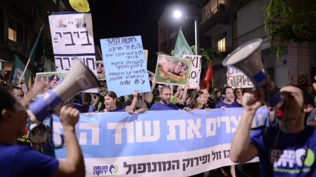 """إسرائيليون يحتجون في تل أبيب في 4 يوليو، 2015 ضد خطة للسماح لشركتي """"نويل إنرجي"""" الإمريكية و""""مجموعة ديليك"""" الإسرائيلية للتنقيب في حفلي الغاز """"تامار"""" و""""ليقياتان"""" قبالة السواحل الإسرائيلية. (Tomer Neugberg/Flash90)"""
