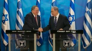 رئيس الوزراء بنيامين نتنياهو مع وزير الخارجية اليوناني نيكوس كوتزياس خلال مؤتمر صحفي في مكتب رئيس الوزراء في القدس، 6 يوليو 2015 (Ohad Zwigenberg/POOL)