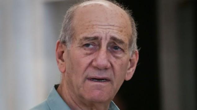رئيس الوزراء السابق إيهود أولمرت يغادر المحكمة العليا في القدس بعد أن وافقت المحكمة على طلبه بتأجيل تنفيذ حكم السجن الصادر بحقه، 8 يوليو، 2015. (Hadas Parush/Flash90)