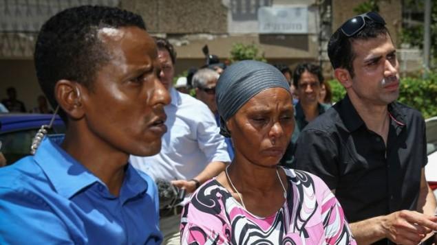 والدة أفراهام منغيستو (الوسط) خلال مؤتمر صحافي في منزل العائلة في أشكلون، بعد رفع أمر حظر النشر عن خبر إختفاء إبنها في قطاع غزة، 8  يوليو، 2015. (Flash90)